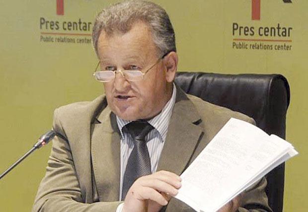 Radan Nikolić sa dokumentima o zločinima