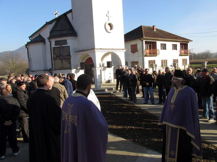 Njegovo preosveštenstvo episkop zvorničko-tuzlanski Hrizostom služio je danas parastos u crkvi Svetog proroka Ilije u Bjelovcu kod Bratunca za 109 stradalih Srba iz ovog i susjednih sela Sikirić i Loznička Rijeka, od kojih su njih 68 ubile muslimanske snage iz Srebrenice na današnji dan 1992. godine.