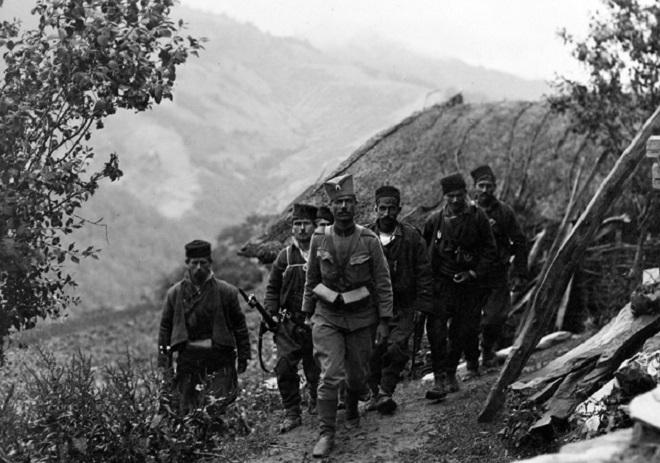 Srpski vojnik sa mobilisanim meštanima