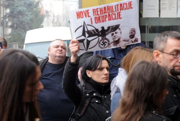 Unuk Aleksandar Nedić (levo) i protivnici rehabilitacije njegovog dede / Foto I. Marinković
