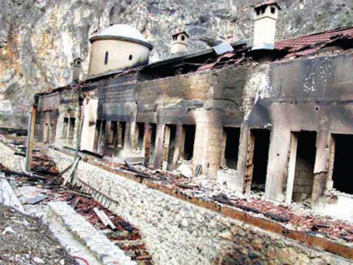 Zapaljen manastir na Kosovu