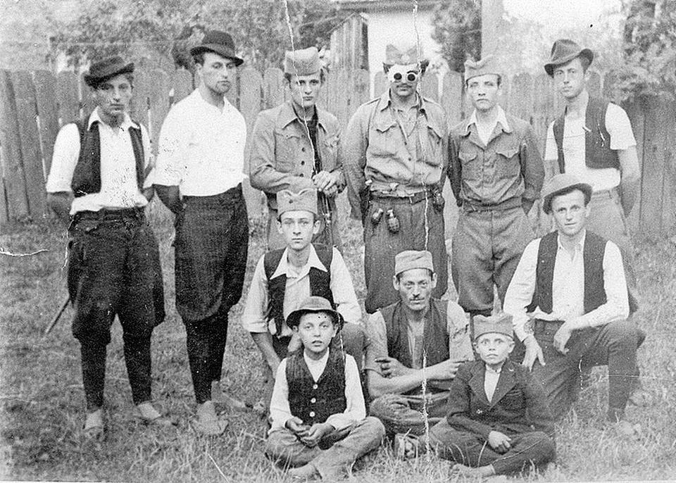 Ratna fotografija, iz vremena posle ranjavanja. Doda nosi seljačke čakšire i englesku vojnu bluzu. I lenonke - pre Lenona.