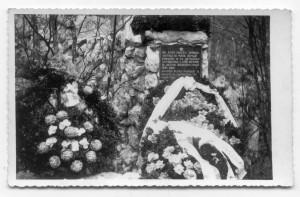 Spomen ploča pobijenim Grubišnopoljcima kod Šaranove jame na Velebitu
