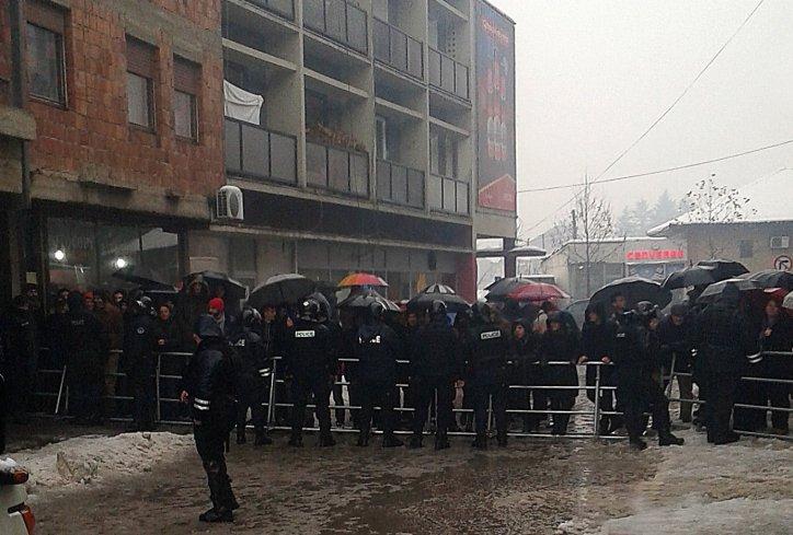 Nekoliko desetina Albanaca okupilo se danas u Đakovici