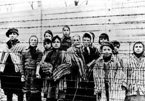 Deca logoraši u Aušvicu u januaru 1945. (Foto Beta-AP)