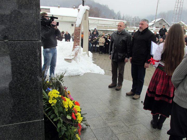 Delegacije položile  cvijeće kod centralnog spomenika u Kravici podignutog za 3.267 Srba iz regije Birač koji su poginuli u odbrambeno-otadžbinskom ratu