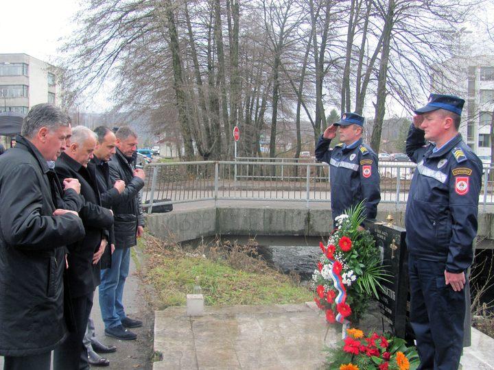 U Istočnom Novom Sarajevu danas je položeno cvijeće i prislužene su svijeće na spomen-obilježje Zoranu Cvijetiću