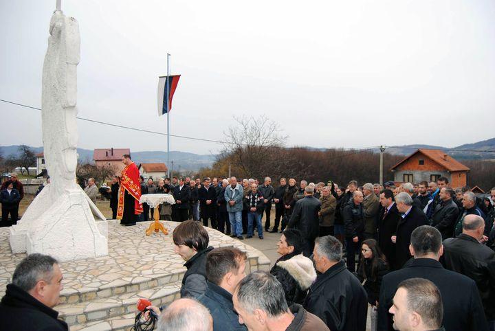 U Osmacima su danas povodom 23 godine od formiranja Taktičke grupe Osmaci, koja je bila u sastavu Vojske Republike Srpske, položeni vijenci, zapaljene svijeće i služen parastos kod centralnog Spomenika za 241 poginulog borca.