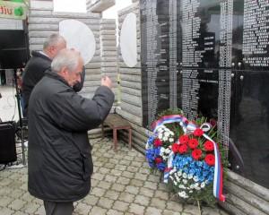 Kod Centralnog spomenika u Skelanima danas je služen parastos i prislužene svijeće za pokoj duša 305 Srba iz ovog mjesta i okolnih sela koje su muslimanske snage ubile u proteklom ratu, od kojih je njih 69 usmrćeno na današnji dan prije 23 godine.