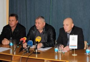 Predsjednici Udruženja ratnih zarobljenika-logoraša Modriče, Broda i Šamca, Vlado Dragojlović, Ane Mihajlov i Gojko Pajić.