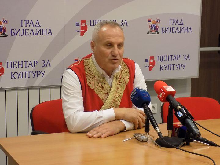 Bijeljini je održano pjesničko veče srpskog književnika Matije Bećkovića, koje je pratilo pjevanje uz gusle poznatog guslara Boška Vujačića.