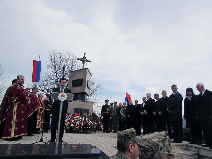 Kod spomen-kosturnice u Drakuliću u toku je služenje parastosa za 2.300 Srba koje su ustaše prije 74 godine ubile u ovom banjalučkom naselju, kao i obližnjim mjestima Motike, Šargovac i rudniku Rakovac.