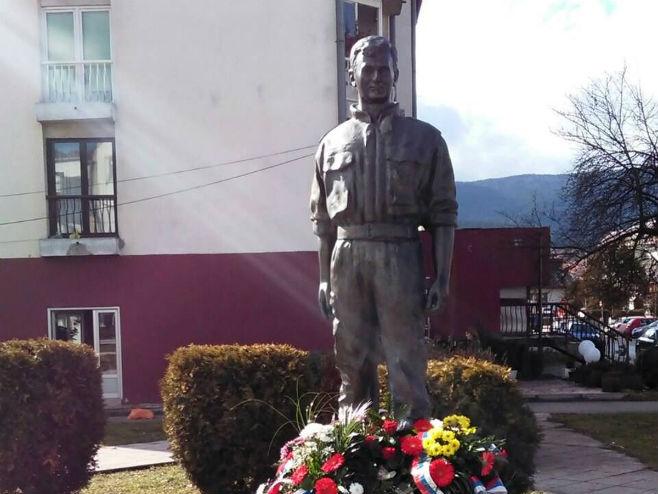 Pale: Spomenik Srđanu Kneževiću (foto: Srna)
