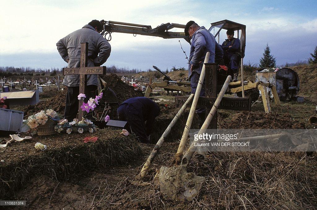 Srbi iskopavaju svoje mrtve na Ilidži