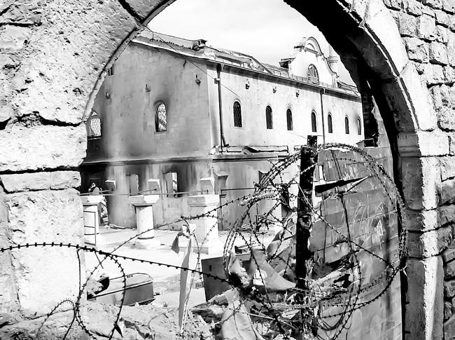 """Spaljeni manastir Sveti Arhangeli kod Prizrena (Fotodokumentacija """"Politike"""")"""
