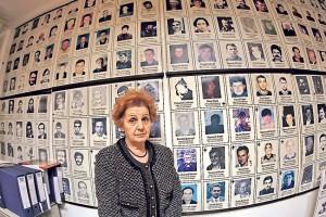 Verica Tomanović ispred fotografija nestalih na KiM (Foto: Ivan Milutinović)