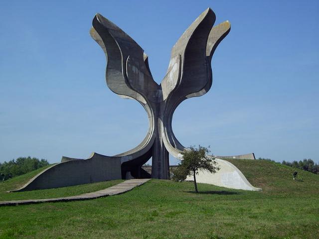 Centralni spomenik na spomen-području Jasenovac. Foto: Wikimedia Commons/Bern Bartsch.