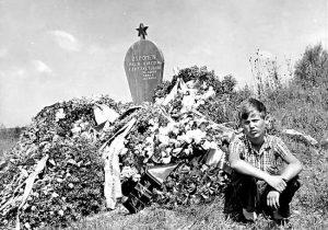 Kako je izgledao spomenik jasenovačkim žrtvama 1960: Miroslav Lazanski ispred spomenika