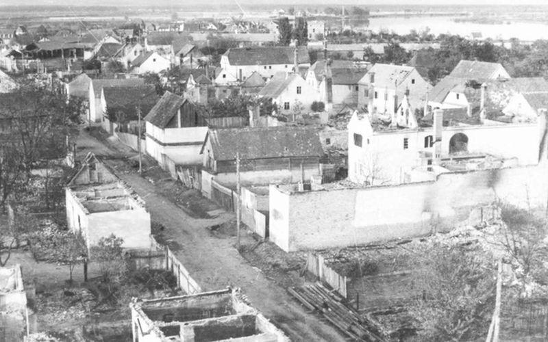 Nastojeći ostaviti što manje tragova, ustaše i Nijemci u povlačenju su zapalili čak 433 od oko 500 kuća u selu Jasenovcu