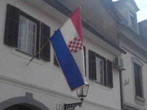 U centru Karlovca zastava sa grbom NDH (Foto: KAportal)