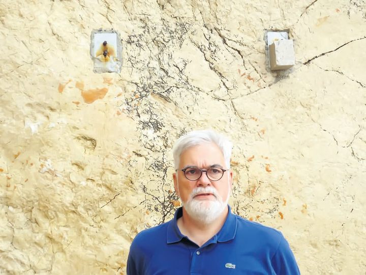 "Prof. dr BORIS BEGOVIĆ, član udruženja ""Jadovno"" na mestu uništene spomen ploče žrtvama logora Slana na ostrvu Pagu - Foto lična arhiva"