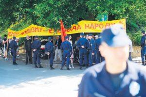 Grupe protivnika i pristalica rehabilitacije ponovo se okupile ispred Višeg suda       Foto Tanjug/Oksana Toskić