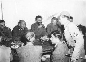 Propali planovi za brzu predaju Nemaca:PukovnikMekdauel (drugi s leva) i generalMihailović, krajem avgusta 1944.