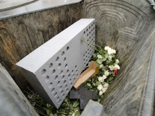 Ruže bačene u kontejner (foto: Edin Hadžihasić/Klix.ba)