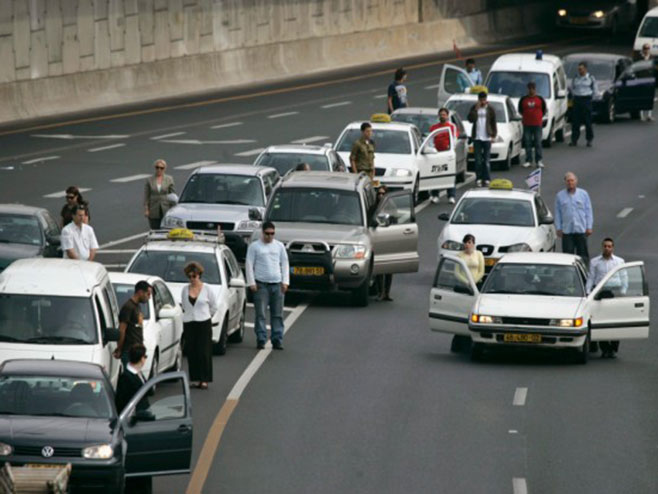 Vozači automobila izašli su iz vozila u znak sećanja na žrtve (arhivska fotografija) Foto: AP