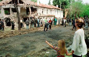 """Arhivska fotografija snimljena 20. maja 1999. na kojoj su prikazane ruševine bolnice na Dedinju """"Dragiša Mišovic"""" - U Beogradu je danas organizovan skup posvecen 13 godišnjici od bombardovanja tadašnje Savezne Republike Jugoslavije na kome je istaknuto da je to uradeno protiv svih odredbi medunarodnog prava i rezolucija Saveta bezbednosti Ujedinjenih Nacija. FOTO TANJUG / DRAGAN ANTONIC / dmm"""