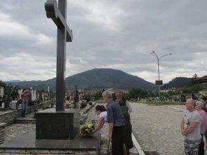 Delegacija opštinske Organizacije porodica zarobljenih i poginulih boraca i nestalih civila Bratunac i članovi porodica poginulih danas su obilježili 24 godine od ubistva 11 Srba u bratunačkom selu Loznica