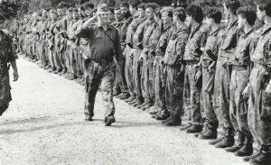 General Talić vrši smotru jedinica koje krećžu u oslobađanje Puta života