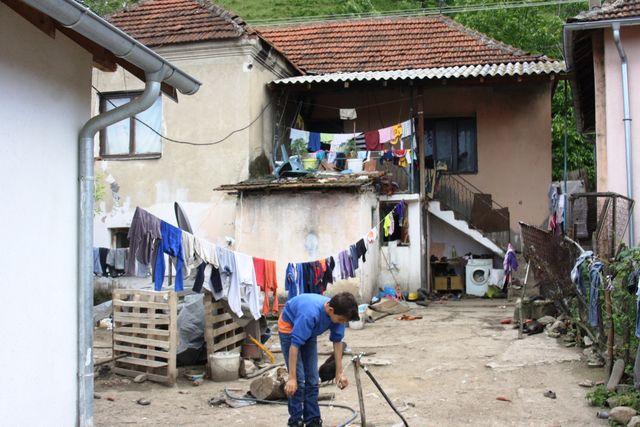 U selu Binač na krajnjem istoku Kosova, u opštini Kosovska Vitina, živi pedesetak Srba, među kojima i njih dvadesetak mlađih od 18 godina.