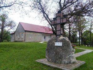 Krst na kamenu koji je u okovima je delo arhitekte iz Beograda Predraga Ristića. Takav krst postoji još na grobu Hristovu a okovala ga je zbog propadanja carica Jelena. Simboliše spas naroda na kamenu.