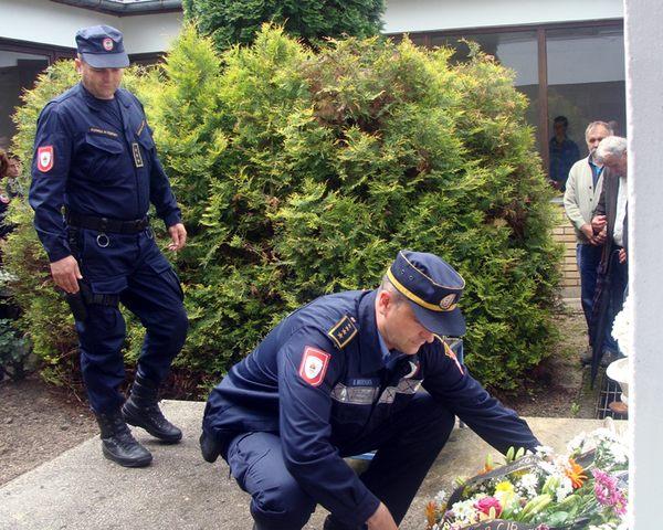 Polaganjem vijenaca i služenjem parastosa u Stanici javne bezbjednosti u Mrkonjić Gradu danas su obilježene 24 godine od ubistva 22 mrkonjićka policajca