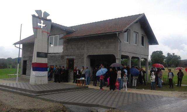 U Gornjoj Drenovi u opštini Prnjavor danas je otkriveno i osveštano novoizgrađeno spomen-obilježje za 11 boraca Vojske Republike Srpske sa područja Mjesne zajednice Drenova