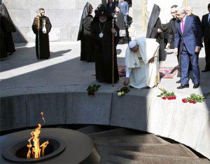 Papa Franja jutros u Muzeju genocida Citernakaberd (Tzitzernakaberd) u Jerevanu, odaje počast žrtvama genocida (Foto Rojters)