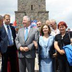 Parastosu na Gazimestanu prisustvovali su princ Aleksandar Karađorđević i princeza Katarina, delegacije Demokratske stranke Srbije, brojnih udruženja i predstavnici Odbora iz Republike Srpske za pomoć Srbima na Kosovu i Metohiji.