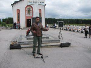 """Na vojničkom spomen-groblju """"Mali zejtinlik"""" na Sokocu, u kome je sahranjeno 947 boraca sarajevsko-romanijske regije poginulih u odbrambeno-otadžbinskom ratu, danas je kod centralnog krsta služen parastos i održan pjesnički pomen"""
