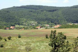 U selu Slivovo, oslonjenom na magistralni put Priština -Gnjilne, gase se domaćinstva, a po njivama novi vlasnici Albanci zasađuju malinjake i aroniju.