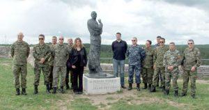 Srpski oficir (drugi sleva) pored spomenika Tuđmanu