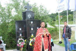 Pomen ispred Spomen-obilježja poginulim borcima