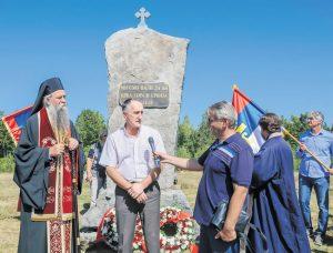 Vladika Joanikije i Momčilo Vuksanović na osveštanju obnovljenog spomenika (Foto N. Đurić)