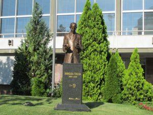Споменик највећем српском и свјетском научнику Николи Тесли откривен је у Карађорђевом парку, на простору између Храма Светог Саве и Народне библиотеке Србије