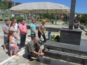 Prisluživanjem svijeća za pokoj duša nastradalih i polaganjem cvijeća uz centralni spomen krst na gradskom groblju u Bratuncu, danas su obilježene 24 godine od stradanja 14 srpskih civila u bratunačkom selu Zagoni