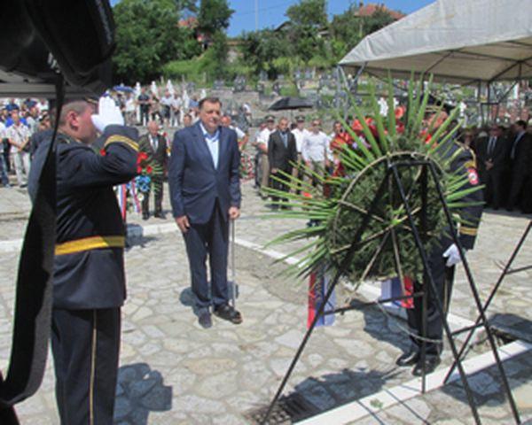 Kod Centralnog spomen-krsta u Bratuncu predsjednik Republike Srpske Milorad Dodik položeno je cvijeće u okviru centralnog obilježavanja stradanja oko 3.500 Srba iz Srednjeg Podrinja i Birča koje su ubili pripadnici takozvane Armije BiH tokom proteklog rata.