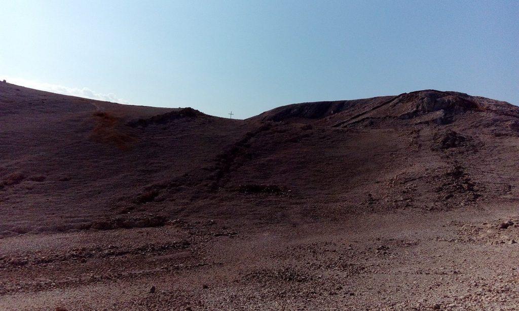 Krst na Slani nadvisuje pakao kamene pustinje.