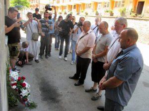 Prisluživanjem svijeća za pokoj duša ubijenih i polaganjem cvijeća kod stare zgrade policijske stanice, u Srebrenici je počelo odavanje počasti Srbima mučenim i ubijenim u srebreničkim logorima u toku posljednjeg rata