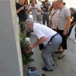 Prisluživanjem svijeća za pokoj duša ubijenih i polaganjem cvijeća kod stare zgrade policijske stanice, u Srebrenici je počelo odavanje počasti Srbima mučenim i ubijenim u srebreničkim logorima u toku posljednjeg rata.