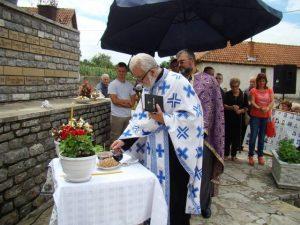 Uz učešće rodbine, komšija i prijatelja nestalih i ubijenih Srba, u Velikoj Hoči, kod Orahovca, služen parastos za stadale Srba ovoga kraja